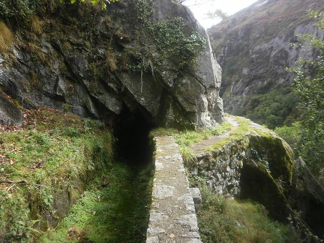 Canal y desfiladero en la Ruta por el Cañón del Eume