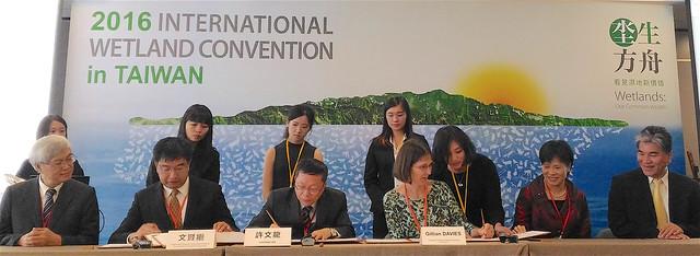 由營建署署長許文龍代表,同國際濕地科學家學會及世界自然基金會香港分會分別簽訂六年合作備忘錄。攝影:林倩如。