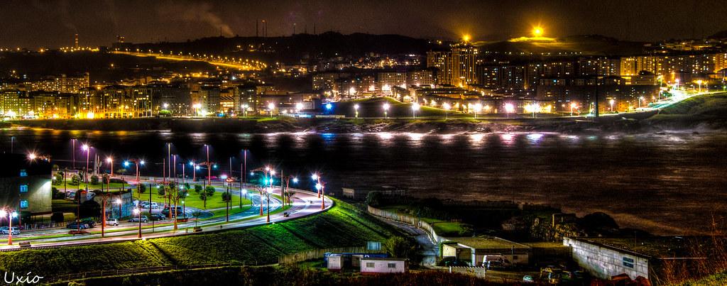 a coru241a de noche vista desde la base de la torre de