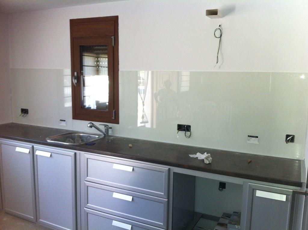 Muebles de cocina de aluminio y frontal con cristal despu for Muebles de cocina con encimera