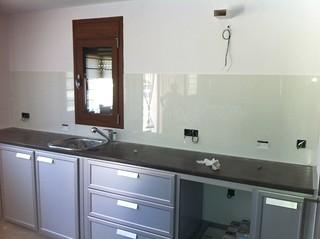 Muebles de cocina de aluminio y frontal con cristal despu for Cristaleria benissa