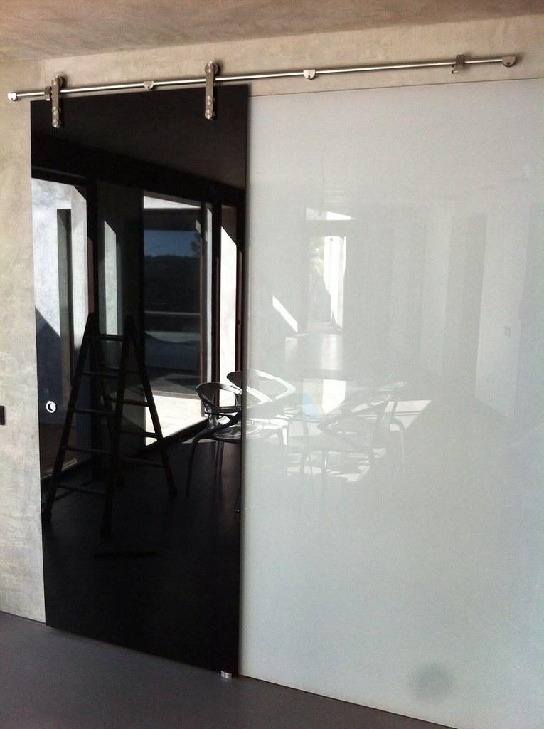 Puerta corredera con cristal lacobel negro laminado y pare - Puerta de cristal corredera ...