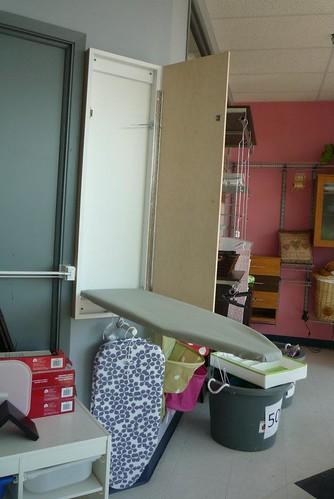 Table de repassage avec meuble mural g nie du rangement for Meuble mural vitrine