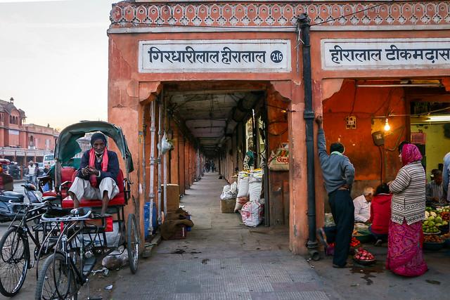Bazaar street in Jaipur, India ジャイプールのバザール通り