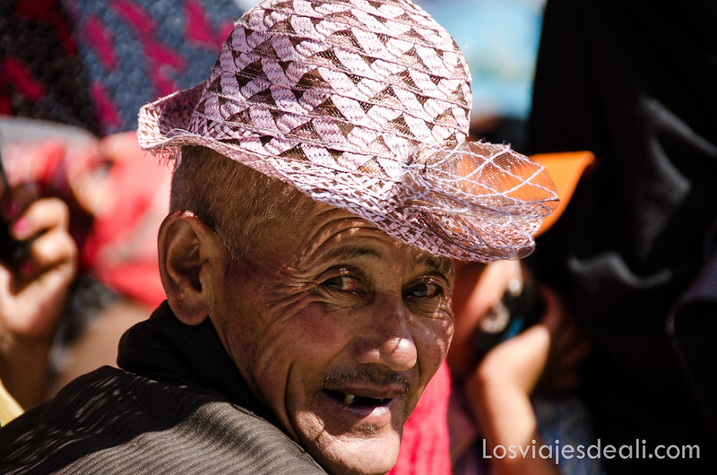 anciano en una conferencia del Dalai Lama
