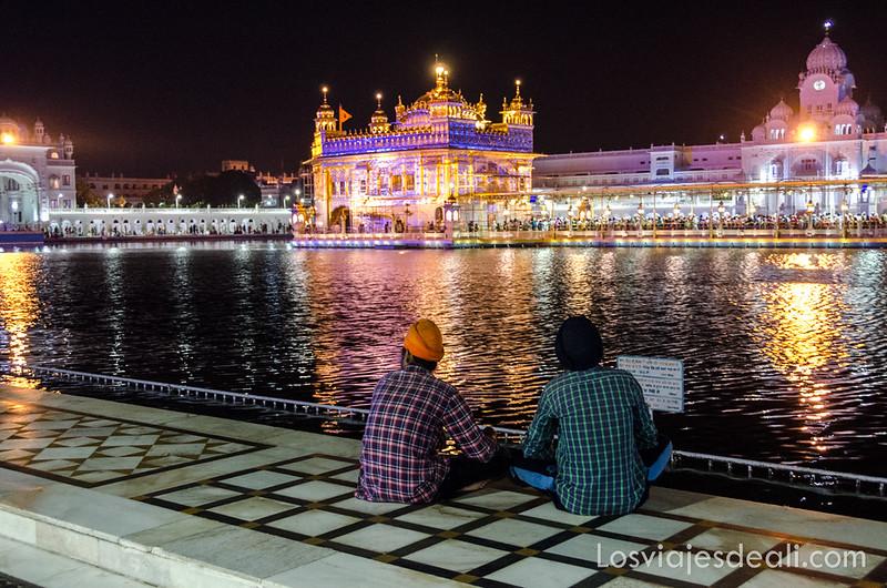 templo dorado de los sijs iluminado por la noche