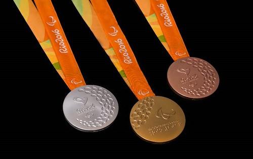 รูปเหรียญรางวัลทั้งสามแบบ