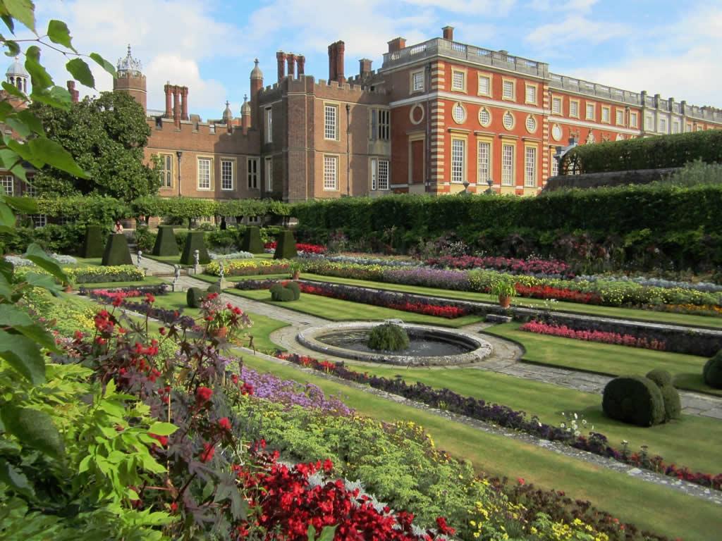 A Glimpse Of Henry Viii S Hampton Court Palace Jacki Kellum Juxtapositions Read My Mind