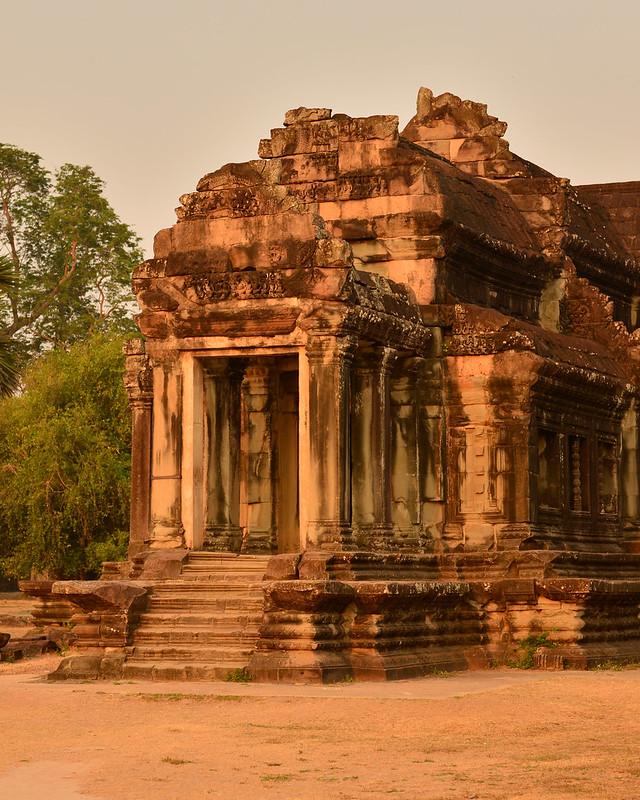 Ruinas de Angkor en color dorado por los rayos del sol al amanecer