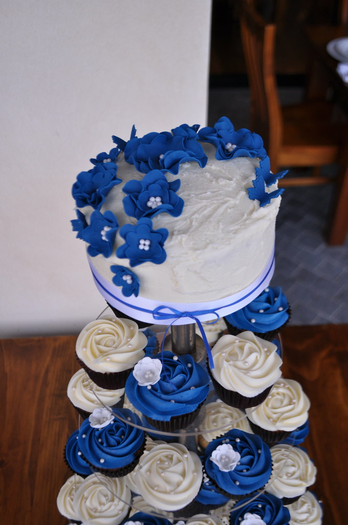 Royal blue and cream wedding cupcakes | Choc mud and white ...