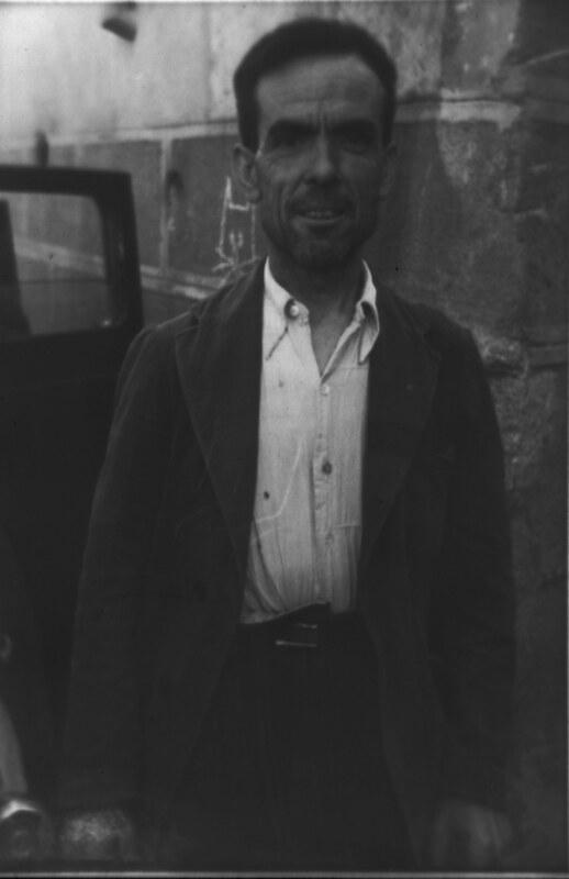 Un miliciano cerca de la Plaza de San Vicente de Toledo durante la guerra civil, asedio del Alcázar, verano de 1936. Fotografía de Santos Yubero © Archivo Regional de la Comunidad de Madrid, fondo fotográfico