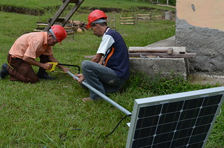 Installation of solar panel by USAID ProParque trainees | by USAID ProParque