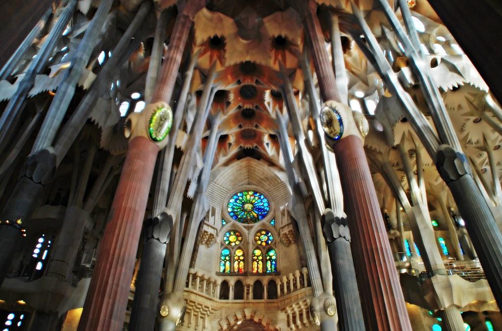 Vitral y columnas de la sagrada familia interior del - Sagrada familia interieur ...
