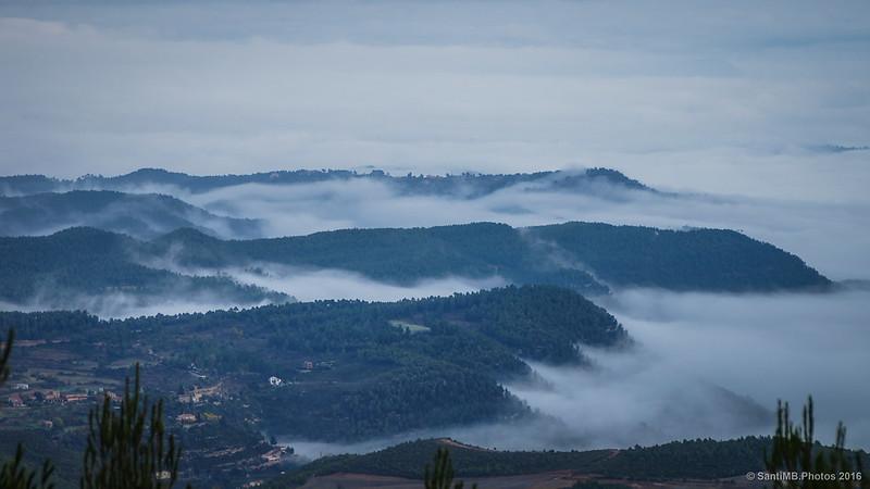 El Bages cubierto de espesa niebla.