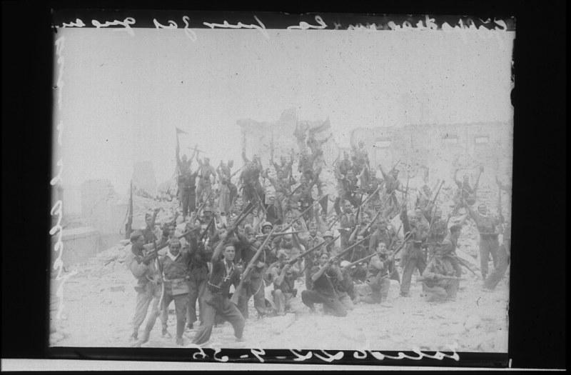 Milicianos en Toledo durante la guerra civil, asedio del Alcázar, verano de 1936. Fotografía de Santos Yubero © Archivo Regional de la Comunidad de Madrid, fondo fotográfico