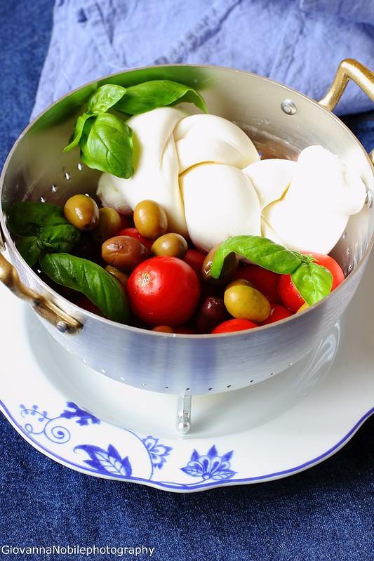 Ricetta dei panzerotti integrali farciti con fior di latte, salsa di pomodori alle olive e olive nere
