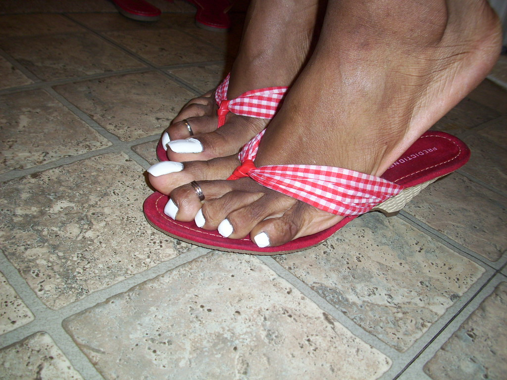 White nail polish, red sandals and cute toe rings | hyellow | Flickr
