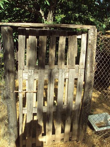 Puerta alta con palet de reciclaje