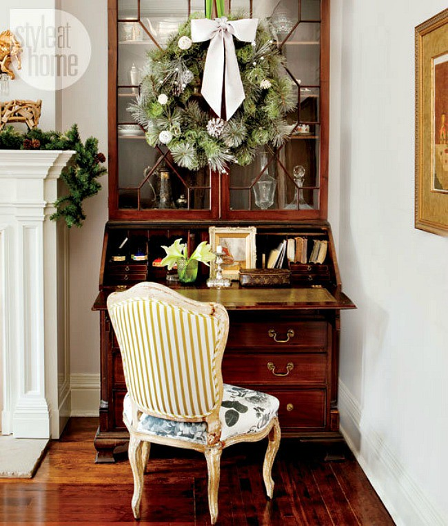 Debbie travis holiday secretaire photography monic for Traditional christmas decorating ideas