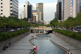 Cheonggyecheon (Seoul) 01: Relaxing after work | by artjouer street art
