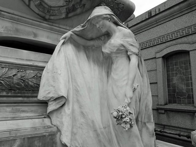 Novia con ramo en el cementerio de la Recoleta (Buenos Aires)