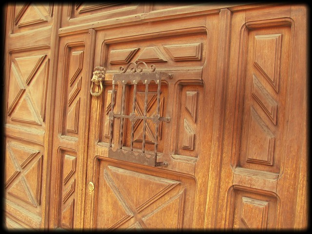 Puertas de casas de antigua guatemala conservan detalles for Puerta casa antigua