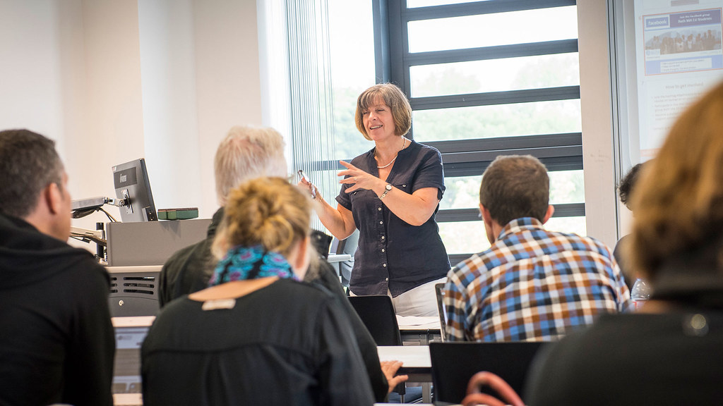 Elisabeth Barratt-Hacking teaching students in a seminar room.