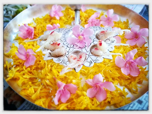 Aarti thali decorated with flowers yogesh devatraj flickr for Aarti thali decoration with flowers