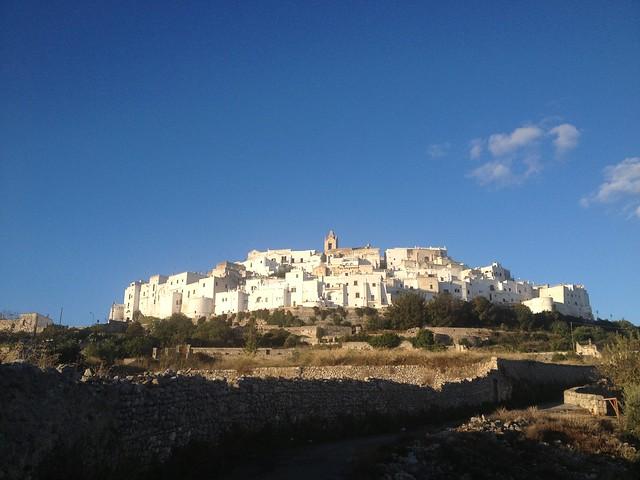 Puglia látnivalói - Ostuni a várfallal körbevett fehér város