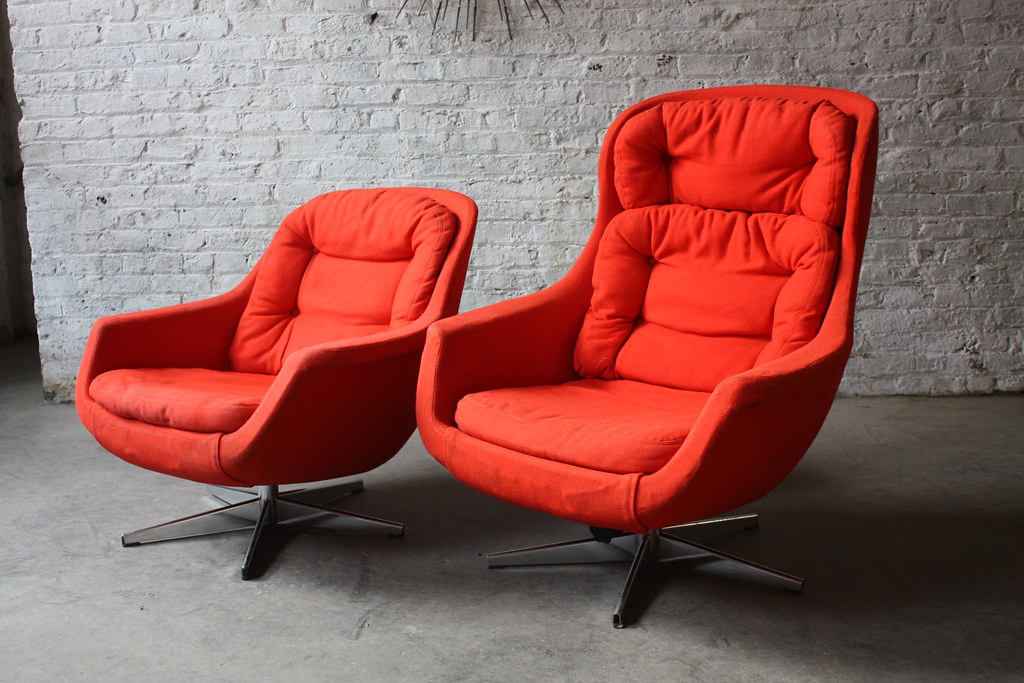 Pair Of Mid Century Modern Selig Imperial Mid Century Modern Lounge Egg  Chairs