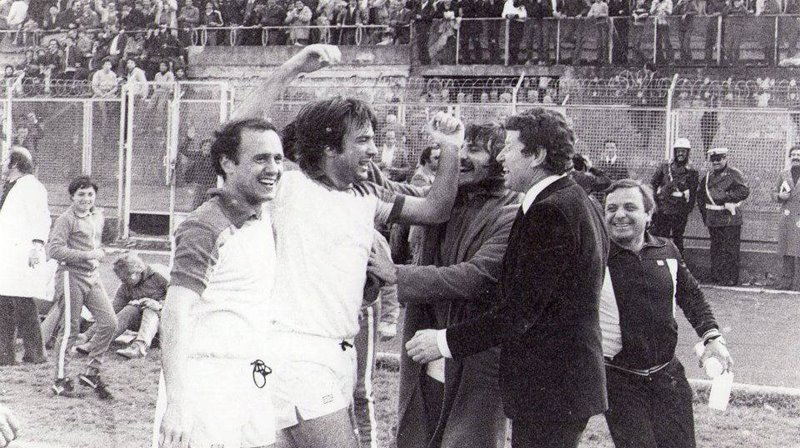 1979-80: Barlassina, Frigerio, Maltese e mister De Petrillo festeggiano Chiavaro dopo il gol alla Nocerina