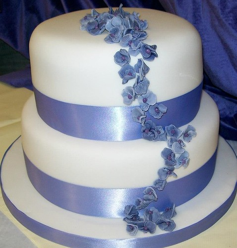 blue flower wedding cake reids highland 2 tier blue amp white wedding cake with trail 11984