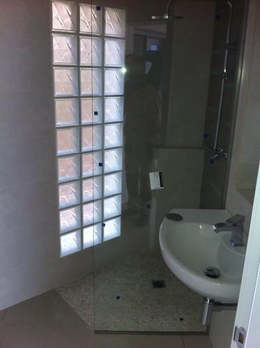 Mampara de cristal laminado y pared de paves mampara de for Cristaleria benissa