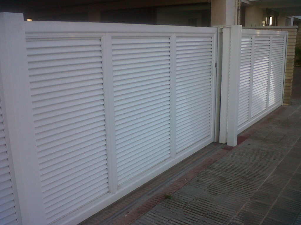 Puerta corredera de lamas motorizada montaje de puerta - Puerta de lamas ...