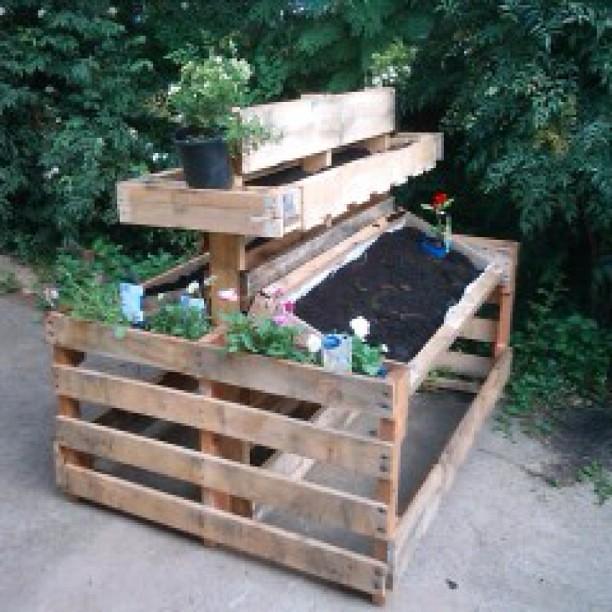 Mueble para trabajar en el jard n con palets reciclados i for Muebles de jardin con palets reciclados