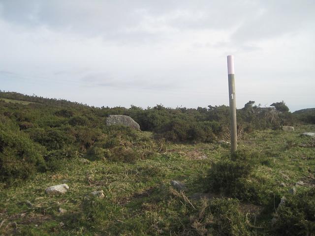 Poste en la Ruta Megalítica por la Sierra del Barbanza