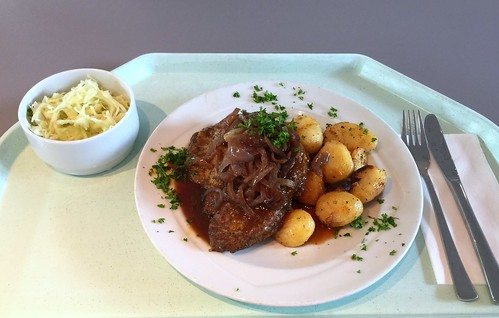 Lumberjack steak with fried onions, red wine sauce & roast potatoes / Gebratenes Holzfällersteak mit Röstzwiebeln, Rotweinjus & Röstkartoffeln