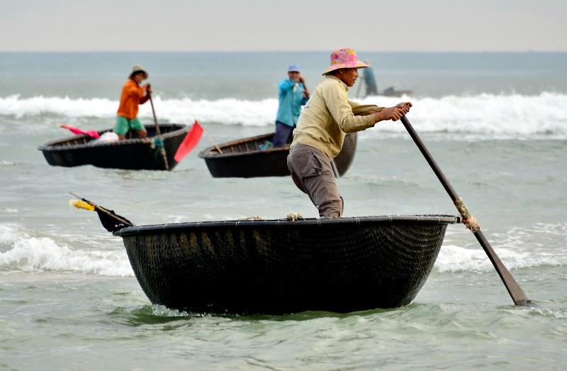 Coming ashore fishermen round fishing boats da nang vi for Round fishing boat