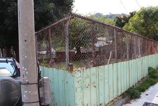 2013年「牛奶館」由鐵皮圍起來的樣子。圖片來源:廖香璞
