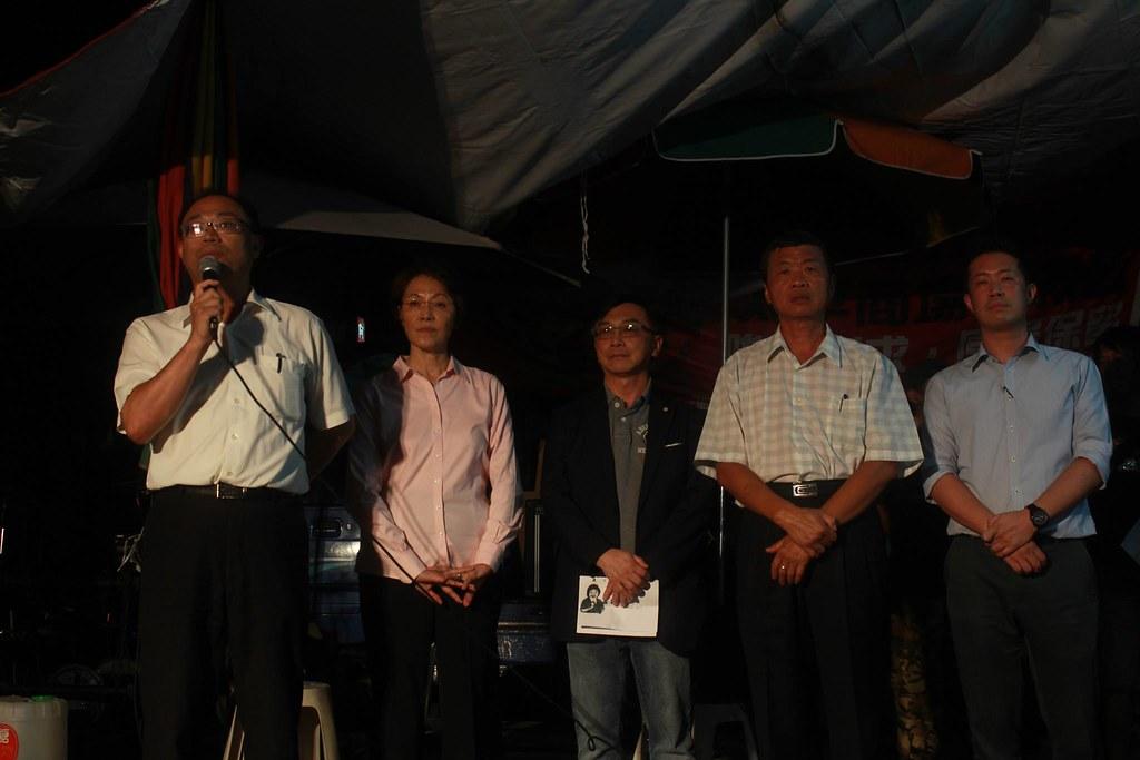 立委、市議員到場發言聲援大溝頂迫遷戶。(攝影:張雅涵)