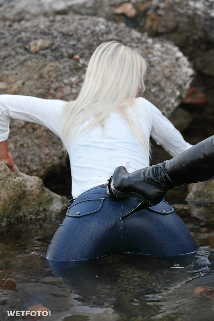 251 Wetlook With Two Fully Clothed Girl In Wet Tight Jean -4478