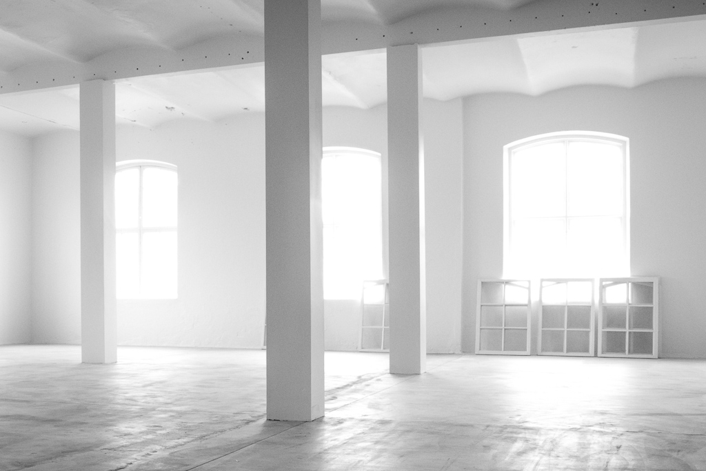 The White Room Empty Factory Building Tidstrands I