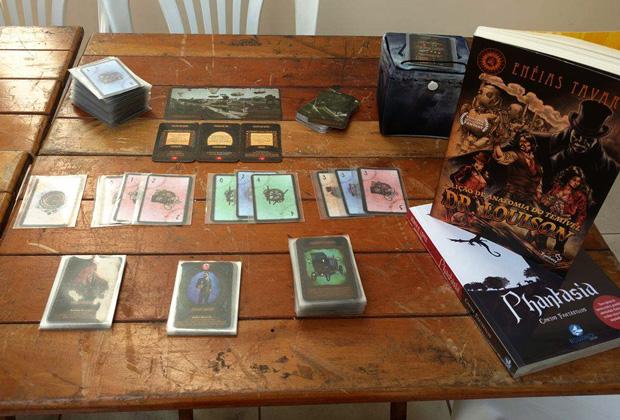 Jovens empresários, alunos da Fatec lançam game de cartas com personagens da literatura