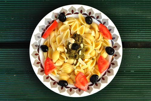 Vegetarisch: Pasta mit Pesto ... Tomaten, Oliven ... Foto: Brigitte Stolle