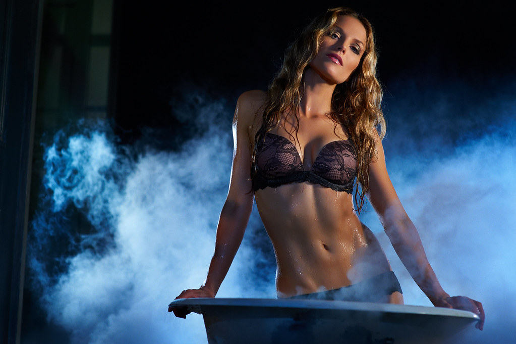 She Sits Tall  Actress Ellen Hollman From Our In The Tub -9213