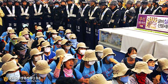 《外宿》呈現E. Land女工罷工的過程,以及他們對家庭角色的反思。(圖片提供:2016台灣國際勞工影展)