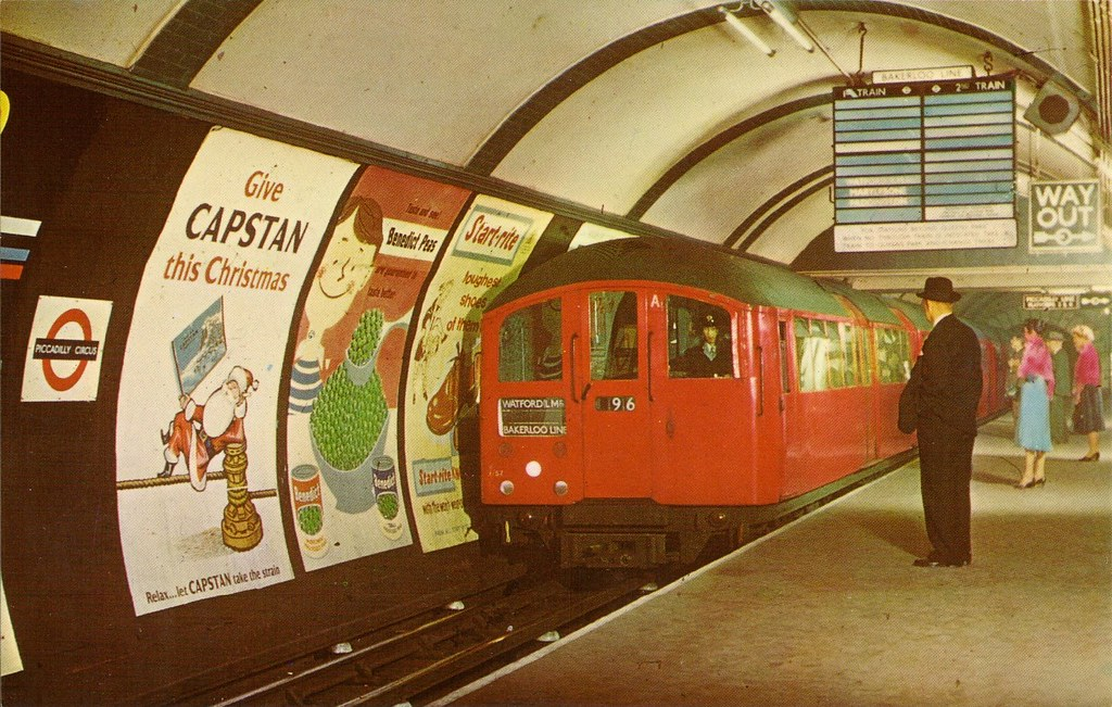 Picadilly Circus Station - 1970 | Tube train entering ...