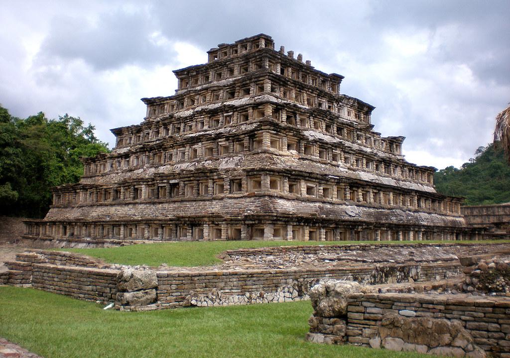Piramide de los nichos el taj n m xico con el atractivo for Sitios web de arquitectura