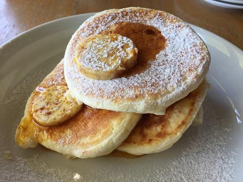 bills リコッタパンケーキ w/ フレッシュバナナ、 ハニーコームバター