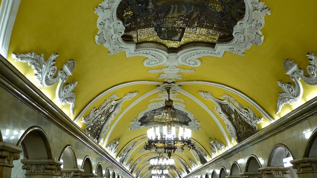 P1020434 Russie, Moscou, le plafond du grand hall souterrain de la station de métro Komsomolskaya sur la ligne 5
